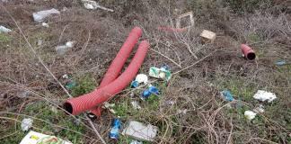 Rifiuti abbandonati sull'argine del fiume - www.bsnews.it