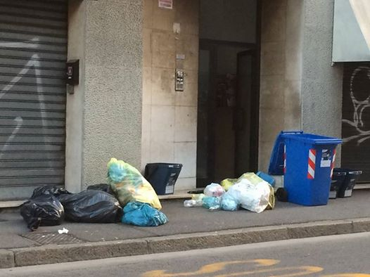 Rifiuti in via Milano - da Facebook - www.bsnews.it
