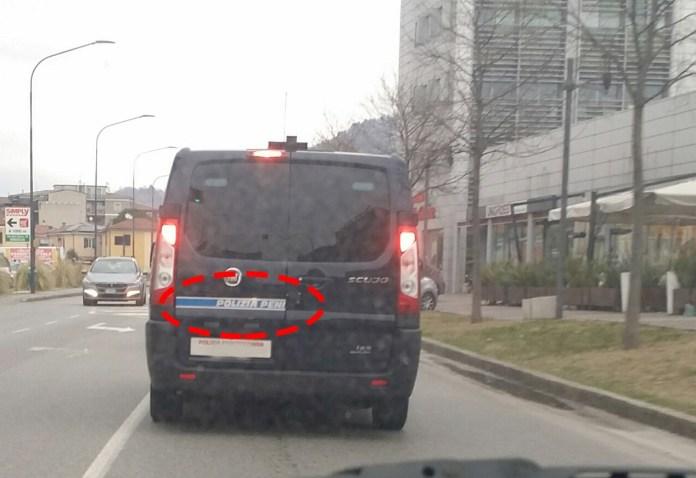 Scritta a doppio senso su un furgoncino della Polizia penitenziaria, foto www.bsnews.it