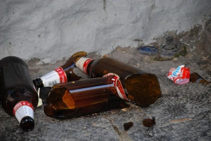 Le bottiglie di vetro abbandonate per strada rappresentano una situazione di degrado urbano e di pericolo per i pedoni - www.bsnews.it