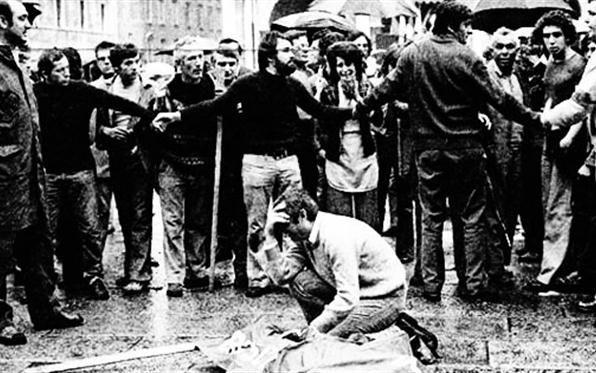 Un'immagine di piazza Loggia subito dopo lo scoppio della bomba, il 28 maggio 1974