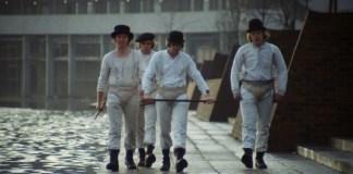 Teppisti in azione (scena dal noto film di Stanley Kubrick Arancia Meccanica)