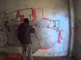 Un graffitaro in azione, foto da YouTube