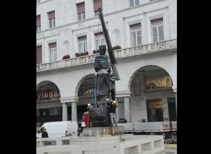 La statua di Mimmo Paladino sul piedistallo che dovrebbe ospitare il Bigio