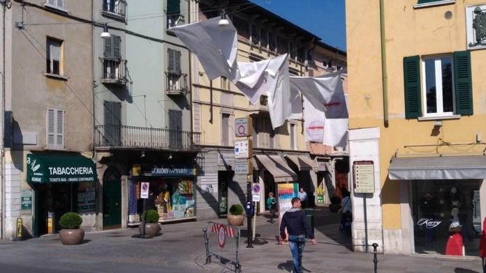 White Sky, l'installazione dell'artista bresciano Giuliano Cardella in corso Garibaldi, foto Andrea Tortelli, www.bsnews.it