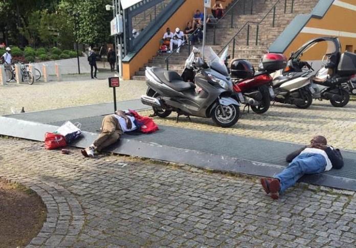 Le immagini della Stazione di Brescia con alcuni immigrati che dormono per terra stanno circolando su Facebook da qualche giorno