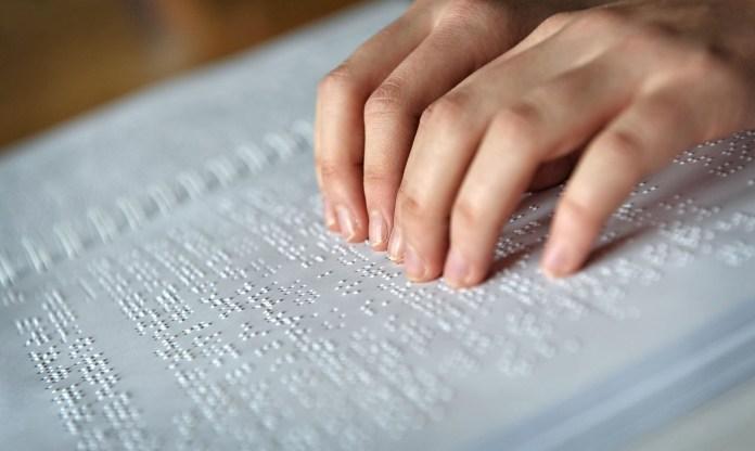Una mano legge un testo in braille (nota: tutte le foto di BsNews.it sono dotate di tag alt, per consentire la lettura anche ai non vedenti)