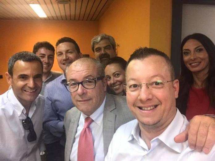 Paolo Bollani, nuovo editore di Brescia.Tv con alcuni dei dipendenti dell'emittente televisiva che fu di Bresciaoggi, foto da Facebook