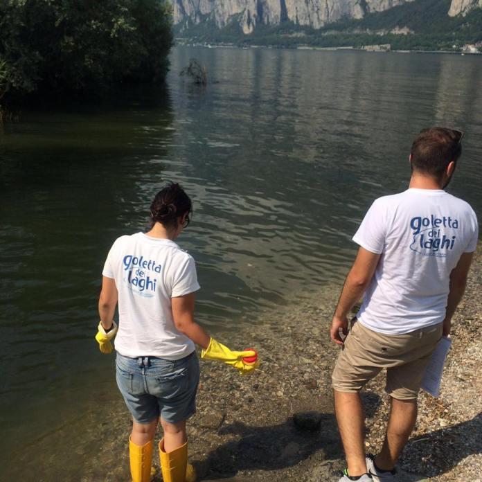 Le operazioni di campionamento dei volontari della Goletta dei laghi di Legambiente, foto Legambiente