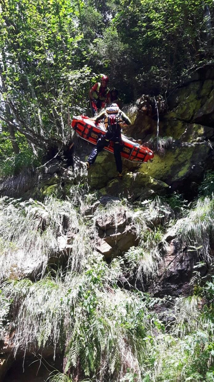 L'intervento del Soccorso alpino per recuperare il corpo del motociclista deceduto a Edolo, foto Soccorso alpino