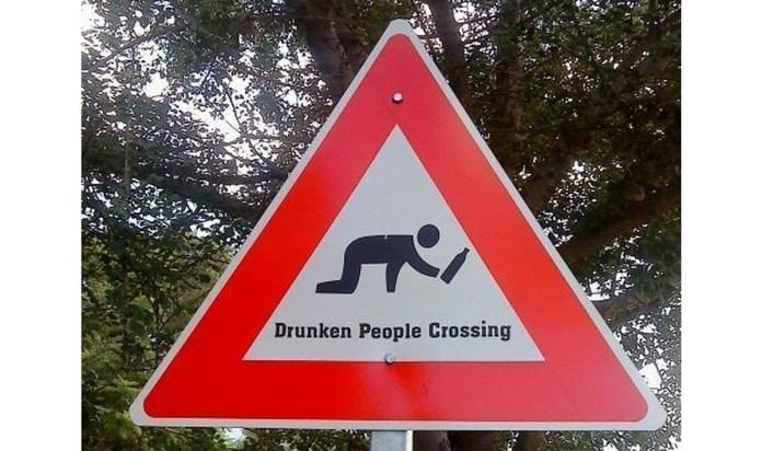 Un simpatico cartello-parodia contro l'abuso di alcolici (foto da web)