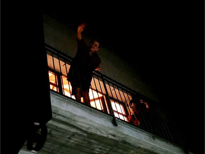 Arisa intrattiene il pubblico dal balcone del Franciacorta Outlet Village, foto Andrea Tortelli, www.bsnews.it