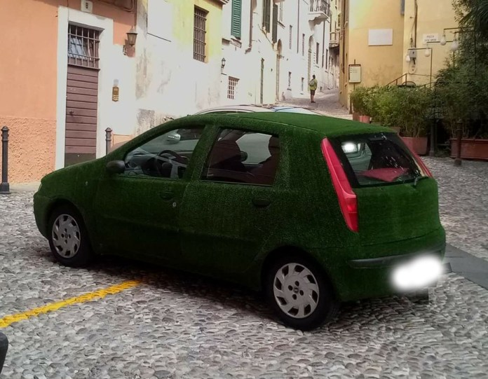 La Fiat Punto rivestita di prato artificiale avvistata nel centro di Brescia, foto da Facebook