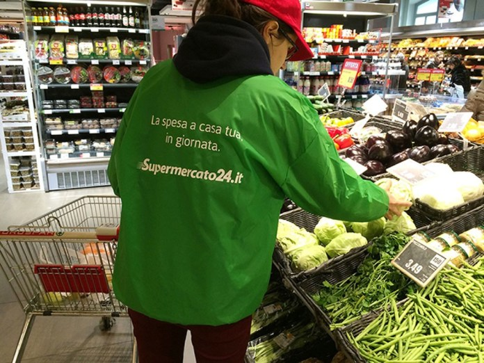 Una personal shopper di Supermercato24 all'opera, foto da ufficio stampa