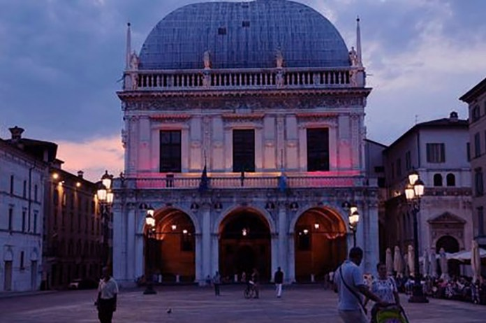 Palazzo Loggia si llumina di rosa per una buona causa
