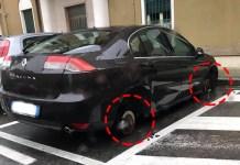 La Renault Laguna a cui sono state rubate le gomme al Villaggio Ferrari di Brescia