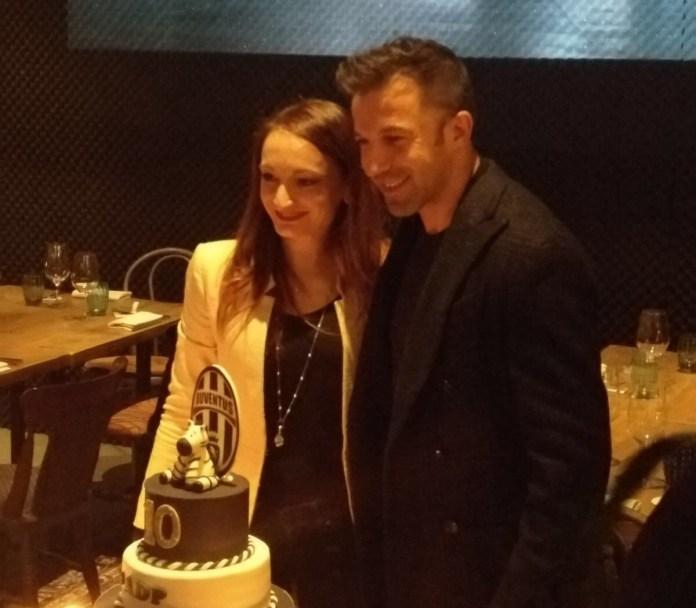 Giada Farina con la torta dedicata all'ex calciatore della Juventus Alessandro Del Piero, Brescia