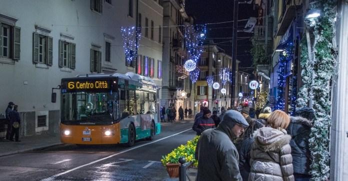 Una delle navette di Brescia Mobilità nel centro storico