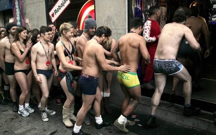 Una folla di persone in intimo attende di entrare in un negozio