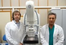 I medici Pinotti e Pagliari con il macchinario per la tomosintesi all'ospedale di Desenzano