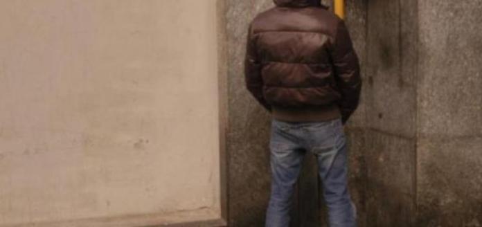 Urinare contro il muro può essere molto rischioso