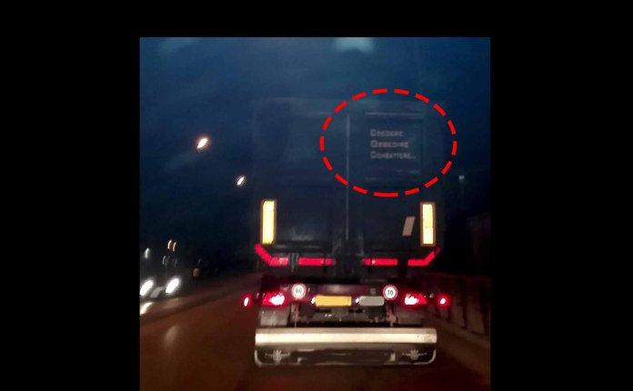 Il camion con slogan fascista avvistato lungo le strade bresciane