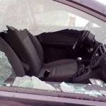 Il finestrino di un'auto rotto