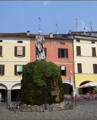 La centralissima piazza Garibaldi di Iseo
