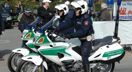 Un agente della Polizia locale in sella alla sua moto - www.bsnews.it