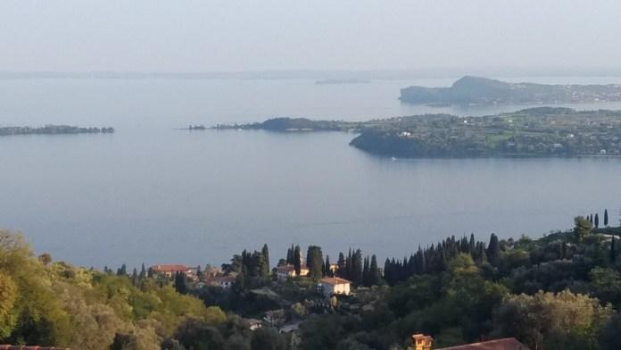Una suggestiva veduta del lago di Garda da Tresnico, frazione di Gardone Riviera