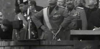 Benito Mussolini sull'arengario di piazza Vittoria a Brescia