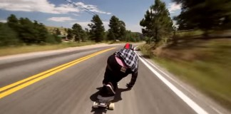 In skateboard in autostrada