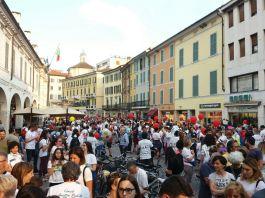 La partenza della corsa dei nasi rossi in Corzo Zanardelli a Brescia