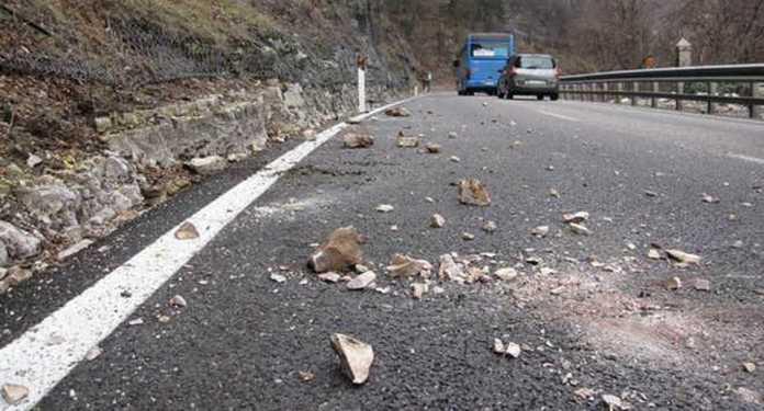 Cadono pietre