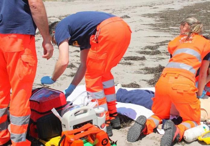 Massaggio cardiaco in spiaggia, foto generica