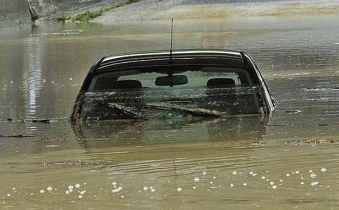 Un'automobile in un sottopasso allagato