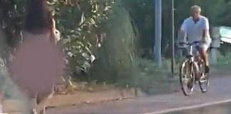 Donna nuda con un coniglio in braccio passeggia tra Desenzano e Sirmione, un frame del video