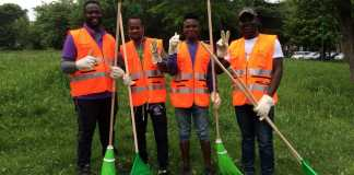 Profughi impegnati nella pulizia dei parchi, foto d'archivio