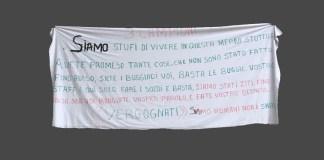 Lo striscione esposto dai profughi a Toscolano Maderno