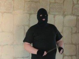 Rapinatore in azione con coltello e passamontagna, foto d'archivio