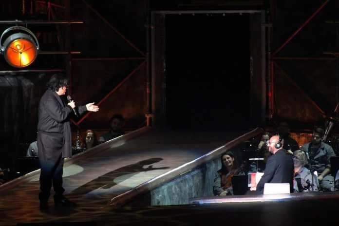 Il maestro Emiliano Facchinetti, dell'orchestra Filarmonica di Fraanciacorta, con Renato Zero
