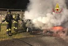 Auto in fiamme: Vigili del fuoco in azione, foto Vigili del fuoco Darfo