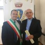 Il sindaco di Pontevico Roberto Bozzoni consegna la cittadinanza onoraria a don Tomasoni, foto da ufficio stampa
