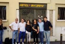 Militanti della Lega di fronte all'hotel occupato di via Corsica, foto da pagina Facebook Diritti per tutti