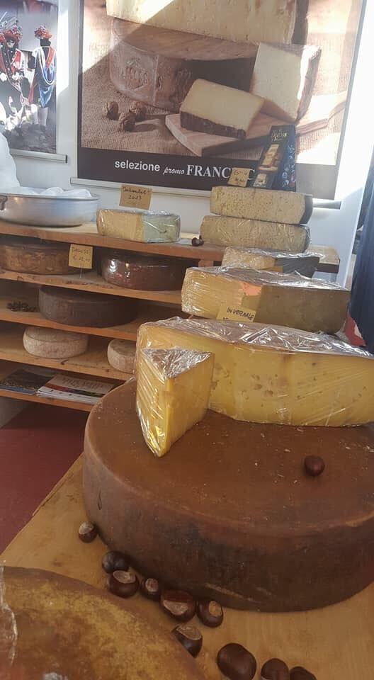 Alcuni formaggi bresciani, tra cui spicca il Bagoss