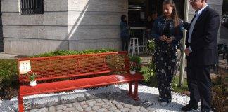 La panchina rossa dedicata al ricordo di Manuela Bailo in via Vantini, a Brescia