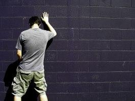 Uomo orina per strada, foto generica