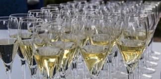 Bicchieri di vino bianco pronti per il brindisi, foto da Pixabay