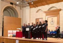 Il presidente Roberto Catania ritira il premio alcune atlete Millenium - foto da ufficio stampa