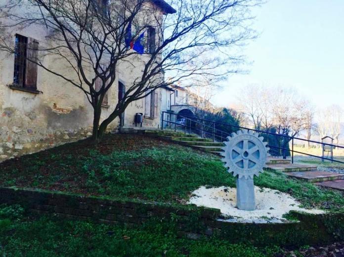 La rotella del Rotary fuori dall'ex sede della biblioteca di Rovato, foto da Facebook